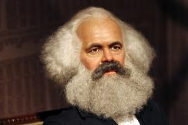 Karl Marx sitzt als Wachsfigur am 05.07.2008 in den neu eröffneten Räumen des Wachsfigurenkabinetts Madame Tussaud's in Berlin. Das bekannte Wachsfigurenkabinett eröffnet seine weltweit achte Niederlassung in der Bundeshauptstadt. Auf 2500 Quadratmetern Ausstellungfläche sollen Besucher acht verschiedene Themenbereiche ansehen können. Foto: Rainer Jensen dpa +++(c) dpa - Report+++